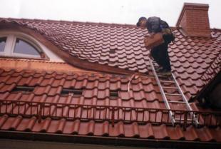 Kompleksowy montaż dachu – jakie usługi dekarskie należy wykonać w tym zakresie?