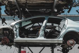 Jak wybrać firmę do realizacji aluminiowych konstrukcji do samochodów