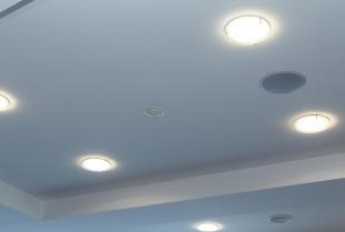 Sufit podwieszany – konstrukcja, która odmieni każde wnętrze