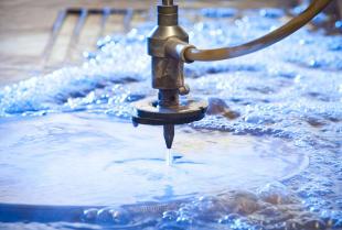 Na czym polega technologia cięcia wodą?