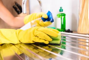 Ekologiczne środki czyszczące- dlaczego warto korzystać z nich podczas sprzątania?