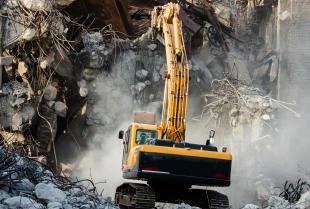 Na czym polega bezpieczna rozbiórka i demontaż obiektów o konstrukcji stalowej