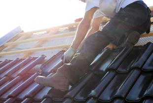 Dachówka ceramiczna czy betonowa – wady i korzyści obu rozwiązań