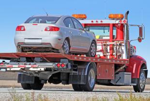 O czym trzeba pamiętać, przewożąc auto na lawecie?