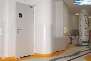 Jakie wymagania powinny spełniać drzwi medyczne?