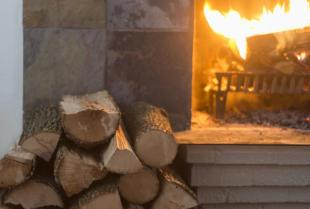 Jak dobrze wybrać drewno kominkowe?