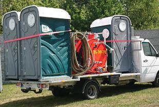 Przenośne urządzenia sanitarne – gdzie się sprawdzają i czym dokładnie są?
