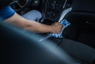 Jak poradzić sobie z plamami i zabrudzeniami na tapicerce samochodu?