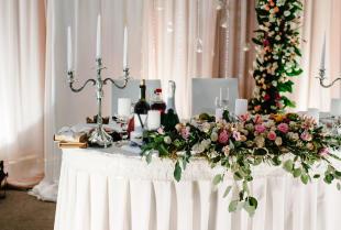 Na co zwrócić uwagę podczas dekorowania sali weselnej?