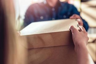 Stała współpraca z firmą kurierską – na jakie czynniki warto zwrócić uwagę?