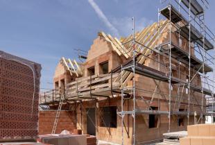 Budowa domu – jak zaoszczędzić na materiałach pokryciowych, nie rezygnując z jakości?