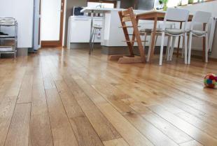Cyklinowanie, lakierowanie, olejowanie – jak przebiega renowacja podłogi drewnianej?