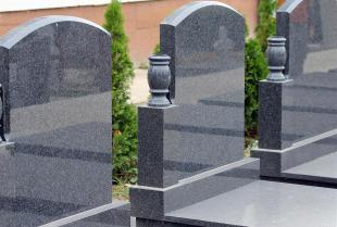 Czyszczenie nagrobków kamiennych – co stosować, a czego unikać?