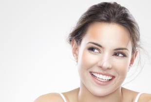 Wybielanie zębów u dentysty – jakie niesie za sobą korzyści?