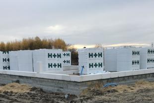 Jakie materiały budowlane używane są do budowy domów jednorodzinnych?