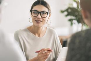 Czy warto korzystać z usług doradcy finansowego?