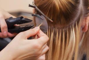 Specjalistyczna pomoc dla naturalnego wyglądu – profesjonalne przedłużanie włosów.