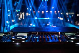 DJ, czy kapela - kogo wynająć na przyjęcie?