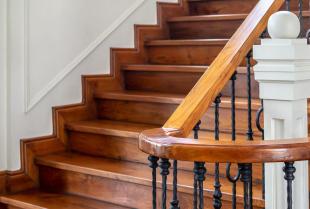 Jakim materiałem wykończyć schody betonowe?