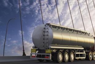 Jak realizowany jest profesjonalny transport paliw płynnych i olejów?