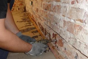 Dlaczego warto osuszyć ściany metodą iniekcji krystalicznej?