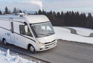 Zimowe wakacje – czy kamper się do tego nadaje?