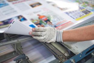 Materiały reklamowe wykonane w drukarni – co przygotują specjaliści?