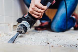 Prace związane z odświeżeniem łazienki – jak wygląda kompleksowy remont?