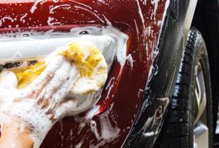 Co jest lepsze dla samochodu - myjnia ręczna czy automatyczna?