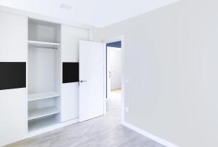 Jakie systemy przesuwne są wykorzystywane w szafie?