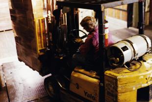 Dlaczego i kiedy wynajem wózków widłowych jest korzystny?