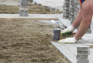 Układanie nawierzchni z kostki kamiennej