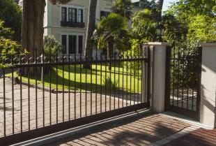 Jakie są rodzaje metalowych ogrodzeń oraz czym się charakteryzują?