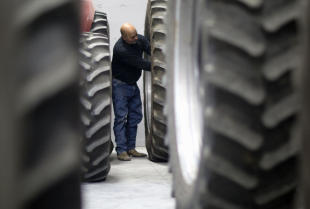 Co obejmuje serwis pojazdów i maszyn rolniczych w firmie Invest-Rol?