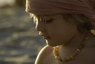 Bursztyn i inne minerały w biżuterii dla dzieci – jakie są właściwości tych materiałów?