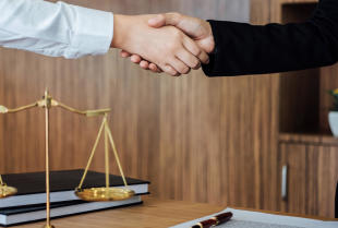 Jak adwokat może pomóc firmie w zakresie prawa gospodarczego?