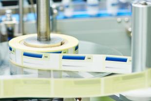 Który materiał jest lepszy do produkcji etykiet?