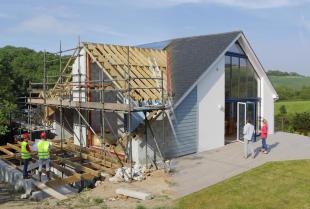 Kupić gotowy dom jednorodzinny czy budować samemu?