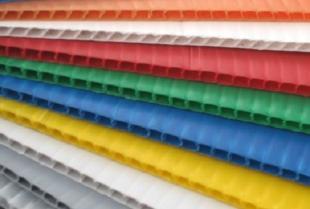 Czym charakteryzują się płyty kanalikowe z polipropylenu?