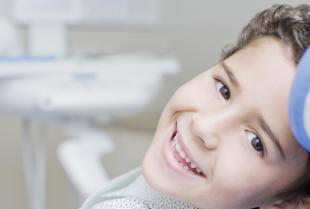 Z dzieckiem u stomatologa – kiedy zapisać pociechę na pierwszą wizytę?