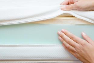 Czy warto kupić pokrowiec na materac i jak o niego dbać?