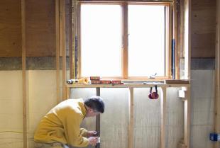 Okna drewniane – dlaczego warto zdecydować się na wykorzystanie sosny?