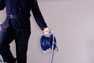 Jak układa się instalację elektryczną w domu?