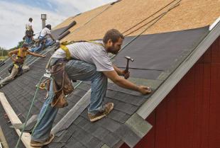 Nie tylko montaż dachów, czyli jakie usługi świadczą dekarze