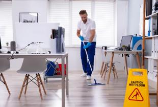 Sprzątanie biura – czy warto wynająć zewnętrzną firmę?