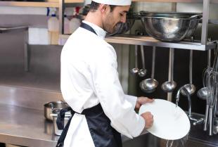 Jak wybrać zlew gastronomiczny do kuchni w restauracji?