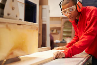 Jakie urządzenia są szczególnie ważne w branży obróbki drewna?