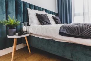 Łóżka drewniane i tapicerowane - które lepiej się sprawdzą?