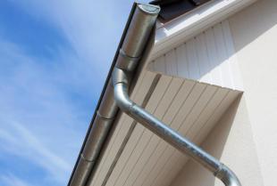 Budowa domu jednorodzinnego. Czy warto zdecydować się na stalowy system rynnowy?