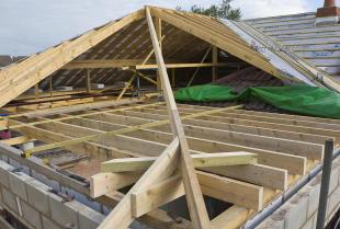 Z czego składa się drewniana więźba dachowa?